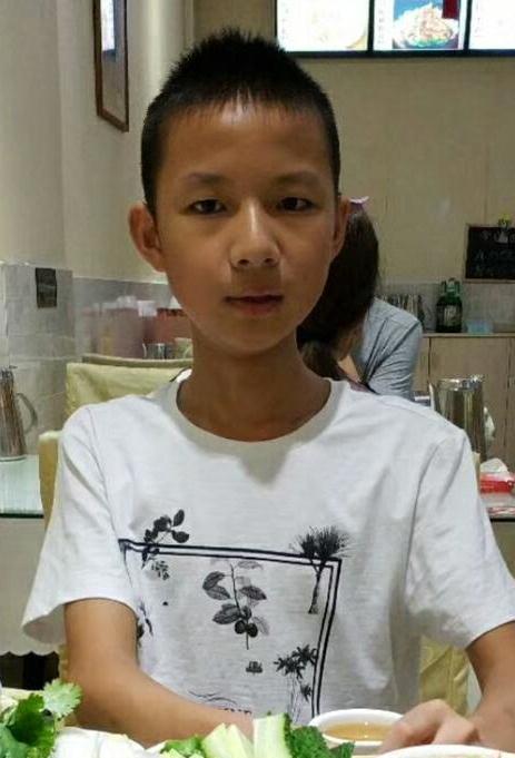 14岁男孩朱江亦在深圳北走失2018-05-06背着黑色双肩包